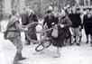 Советский солдат отнимает велосипед у жительницы Берлина. Фото с сайта dictionnaire.narod.ru