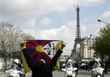 Париж. Противник Олимпиады в Пекине. Фото АР