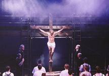 """Сцена из рок-оперы """"Иисус Христос Суперзвезда"""". Фото с сайта www.stage84.com"""