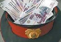 Милицейская фуражка с деньгами. Фото mideast.ru