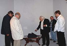 Петрик демонстрирует академикам опыт с графеном. Фото с сайта goldformula.ru