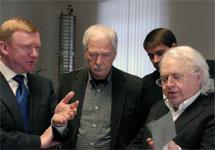 Анатолий Чубайс изучает изобретения Виктора Петрика. Фото с официального сайта Петрика