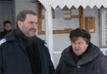 Борис Стомахин с матерью у ворот колонии. 2011 год