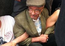 Эдуард Лимонов участвует в сидячей забастовке на Триумфальной площади. Фото Каспаров.Ру