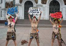 Акция Femen у храма Христа Спасителя. Фото Антон Белицкий/Ridus.ru