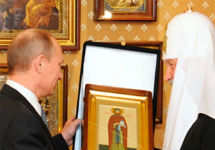 Путин дарит иконы патриарху. Фото пресс-службы премьера