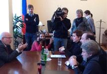 Федотову передают списки политзеков. Фото из Фейсбука Геннадия Гудкова