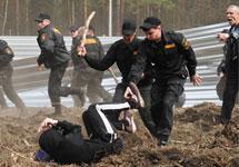 Чоповцы бьют защитников леса. Фото В.Максимюк/Грани.Ру