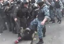 Избиение женщины омоновцем 6 мая. Кадр видеоролика youryogaru на YouTube