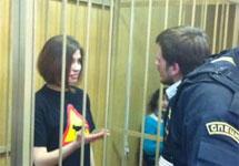 Надежда Толоконникова и Петр Верзилов в зале суда. Фото из твиттера Анастасии Каримовой
