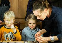 Чулпан Хаматова с детьми Марии Алехиной и Надежды Толоконниковой. Фото Владимира Телегина