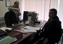Проверяющий в кабинете Светланы Ганнушкиной. Фото Юлии Башиновой/Грани.Ру