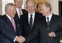 Роберт Крафт (слева) и Владимир Путин. В руке у Путина кольцо. Фото: АР