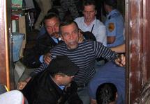 Льва Пономарева выкидывают из офиса ЗПЧ. Фото Петра Царькова