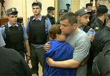 Петр Офицеров прощается с женой в зале суда. Кадр трансляции РАПСИ