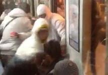 Нападение нацистов в метро Удельная. Кадр видео с ВК-страницы Романа Жарикова