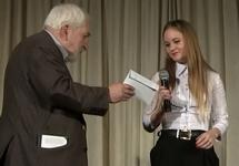 Алексей Симонов вручает премию Юлии Сунцовой. Фото Д.Зыкова/Грани.Ру