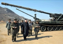 Ким Чен Ын осматривает артиллерийские орудия. Фото: ЦТАК