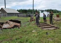 """Рабочие распиливают ворота """"Перми-36"""". Фото пресс-службы музея"""