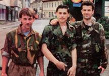 Молодой Игорь Гиркин в компании наемника из России и военного преступника Бобана Индича. Фото с сайта Klix.Ba