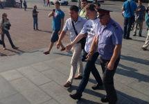 Задержание пикетчика в Екатеринбурге. Фото из твиттера Сергея Анохина (@tankist71)