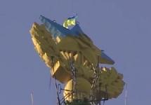 Флаг на шпиле здания на Котельнической набережной. Кадр LifeNews