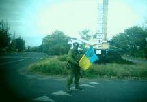 Украинский военный у въезда в Новоазовск. Фото: censor.net.ua