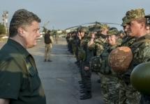Петр Порошенко и украинские военные. Фото пресс-службы президента Украины
