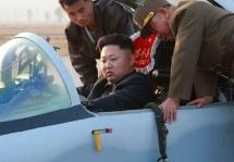 Ким Чен Ын в кабине истребителя. Фото: ЦТАК