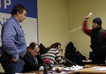 Нападение кадыровцев на Игоря Каляпина. Слева - Александр Черкасов. Кадр Грани-ТВ