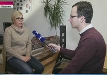 """""""Тетя пострадавшей"""" дает интервью Ивану Благому. Кадр Первого канала"""