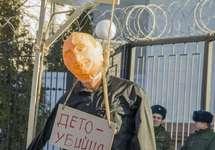 Пикет в поддержку Ильдара Дадина в Киеве: повешенное чучело Путина. Фото: hromadskeradio.org