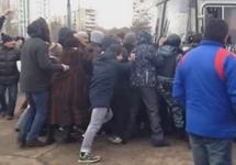 """Теплый Стан: граждане блокируют полицейский автобус. Кадр видео с youtube-канала """"Защитники Теплого Стана"""""""