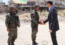 Башар Асад со своими военными. Фото: jafrianews.com