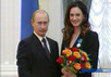 Владимир Путин награждает Елену Исинбаеву. Кадр Вестей
