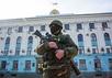 Военный у здания ВС Крыма. Фото: А.Стенин/РИА Новости