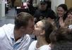 Дмитрий Ишевский прощается с женой в Басманном суде. Кадр Грани-ТВ