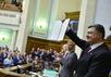 Петр Порошенко с подписанным законом о ратификации соглашения с ЕС. Фото: president.gov.ua