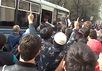 Штурм полицейского автобуса возле здания Исторической мечети в Москве. Кадр видеоролика