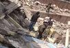 На развалинах здания в Катманду. Фото: bbc.com