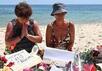 Туристки молятся на месте атаки террориста в Сусе. Фото: sbs.com.au