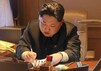 """Ким Чен Ын подписывает приказ о запуске """"Кванмёнсона-4"""". Фото: kcna.kp"""