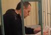 Олег Сенцов в челябинском СИЗО-1 читает письмо. Фото с ФБ-страницы Татьяны Щур