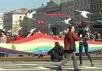 Радужный флаг на первомайском шествии в Петербурге. Кадр NevexTV