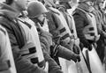 В течение всей осады Белого дома блокирующей его милиции и внутренних войск то прибавлялось, то убавлялось, иногда солдаты были вооружены, потом автоматы исчезали.