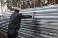 Полицейский у забора в Цаговском лесу. Фото Вероники Максимюк/Грани.Ру