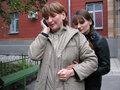 Ольга Зеленина с дочерью. Звонок друзьям после освобождения. Фото Наталии Деминой