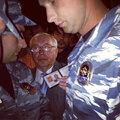 Владимир Лукин пытается пройти в захваченный офис. Фото Николая Полозова