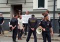 Стихийный пикет у захваченного здания ЗПЧ. Фото Дмитрия Борко/Грани.ру
