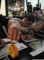 """Аукцион в """"Артефаке"""" в поддержку политзеков. Матвей Крылов и Митя Алешковский. Фото Ники Максимюк/Грани.Ру"""